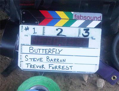 Steve Barron dirige